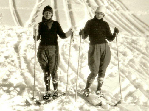 CordovaHistoricalSociety_GoldenStairs_1920s_79-80-29Two_Women_Skiing_zoom_small